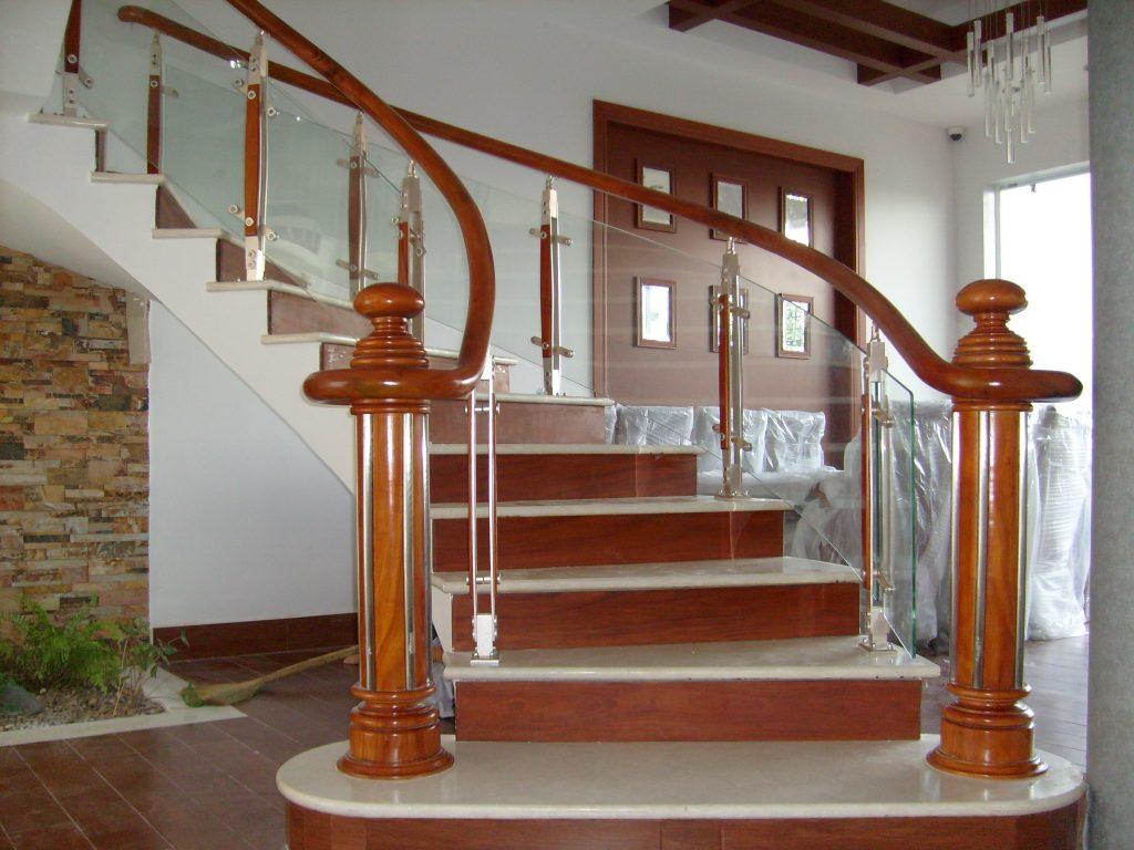 Đá lát cầu thang giả gỗ.
