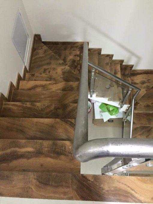 Đá ốp cầu thang vân gỗ siêu đẹp.